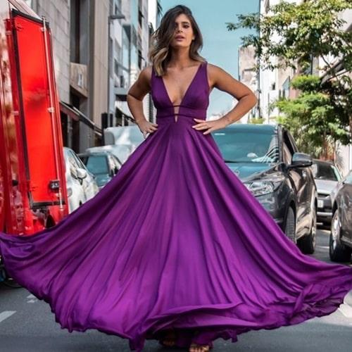 vestido longo em tom de roxo uva