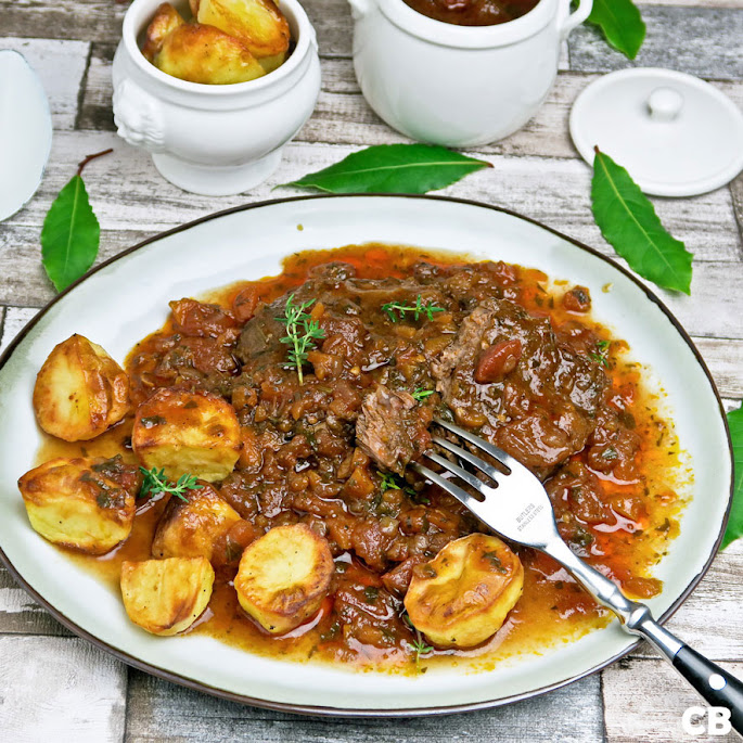 Recept: zo maak je zelf het allerlekkerste Italiaanse draadjesvlees met heel veel tomatensaus