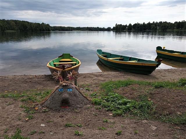 un lago di trakai con curiose figure