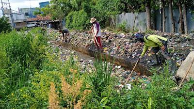 Jelang Perayaan Imlek, Pemdes Kampung Melayu Barat dan Camat Gelar Aksi Bersih Sampah