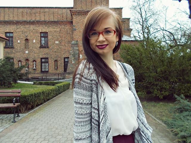 Bordowa spóniczka, biała bluzka i luźny sweter
