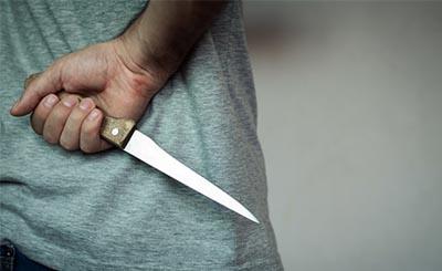 Мужчина получил удар ножом, когда заступился за сестру