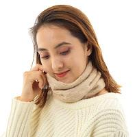 肌ざわりのよいアルパカニットのマフラーを着用して、なめらかなで柔らかい感触を堪能している女性