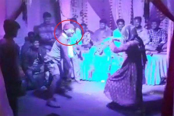 'Nagin' Dance Turns Fatal, Man Dies after Tumbling to Floor at Ganesh Immersion in Madhya Pradesh, Bhoppal, News, Local-News, Dead, Dance, Police, hospital, Injured, National, Video