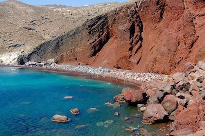 La espectacular Playa Roja en Santorini, Grecia