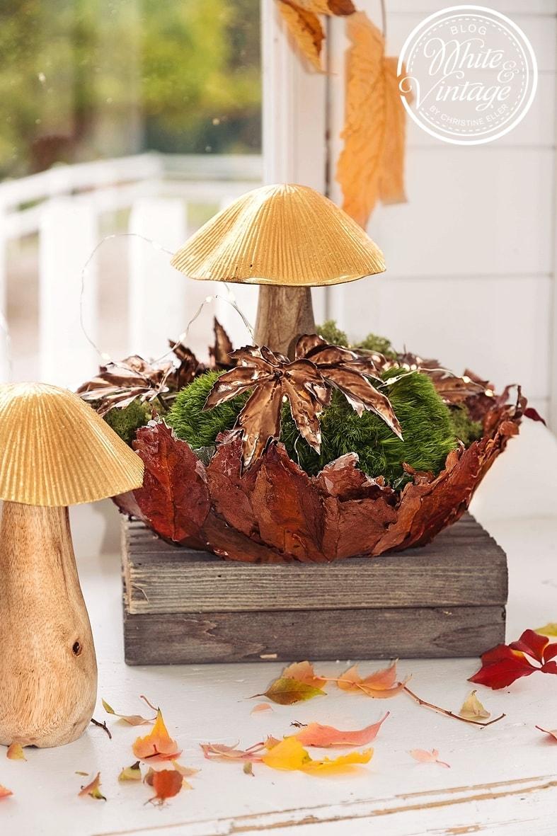 Selbstgebastelte Herbstschale befüllt mit Moos, Blättern und Dekopilz