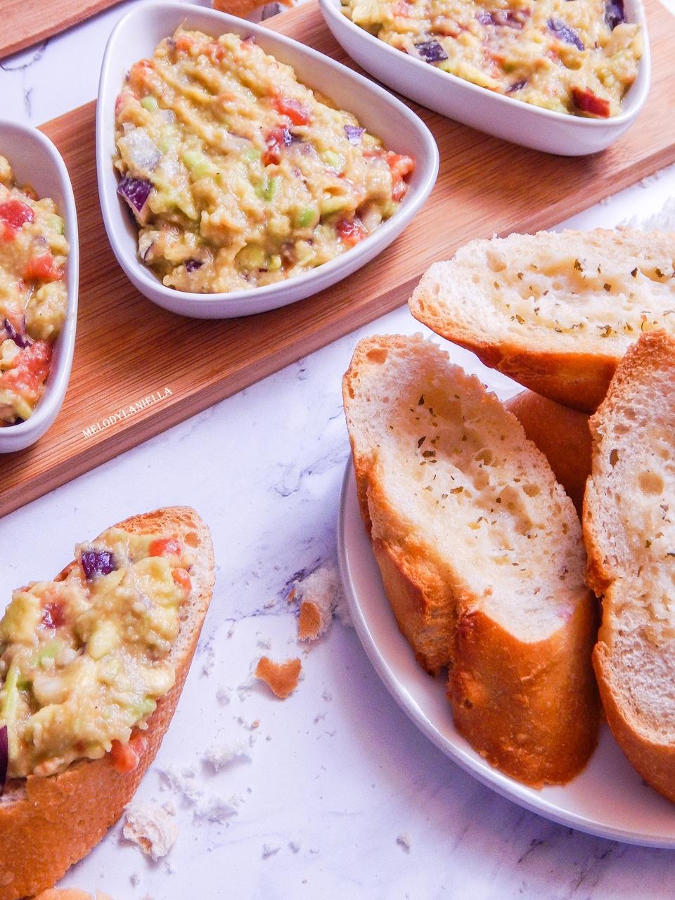 6 guacamole pasta z awokado pomidorami i czerwoną cebulą pasty nakapkowe przepis pomysły gotowanie pesto z awokado pomysły na kolację obiad zdrowe fit dobre tłuszcze pomysł na kanapki na drugie śniadanie-2