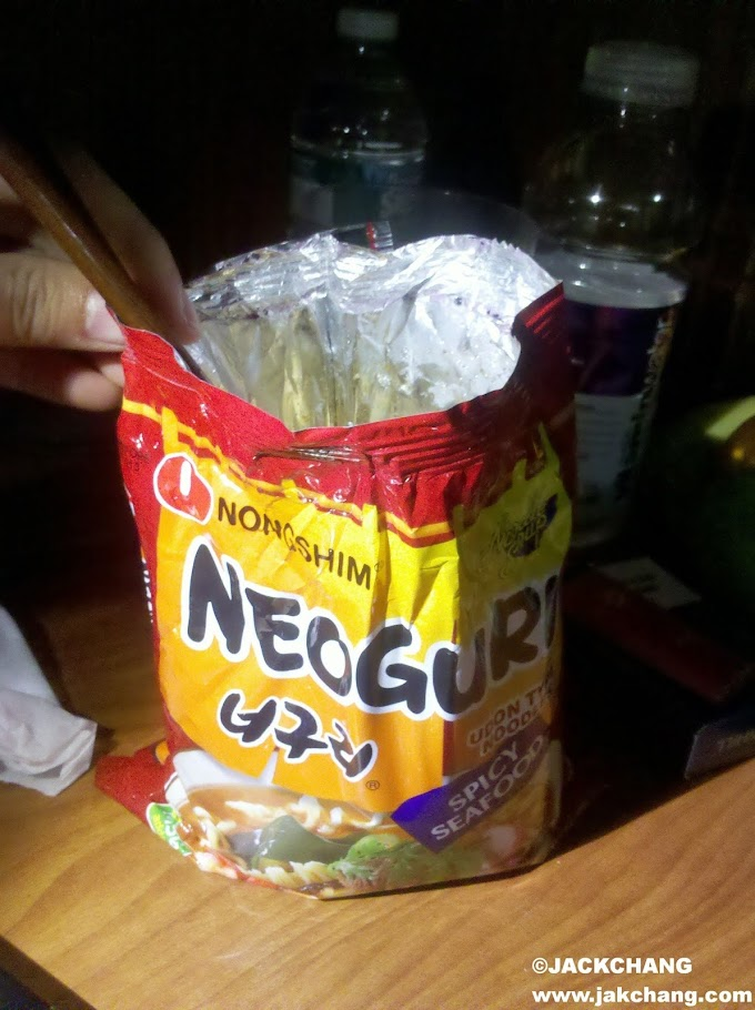 How to eat Korean bagged instant noodles with a pair of chopsticks? Korean roommates pass on secrets not to others.