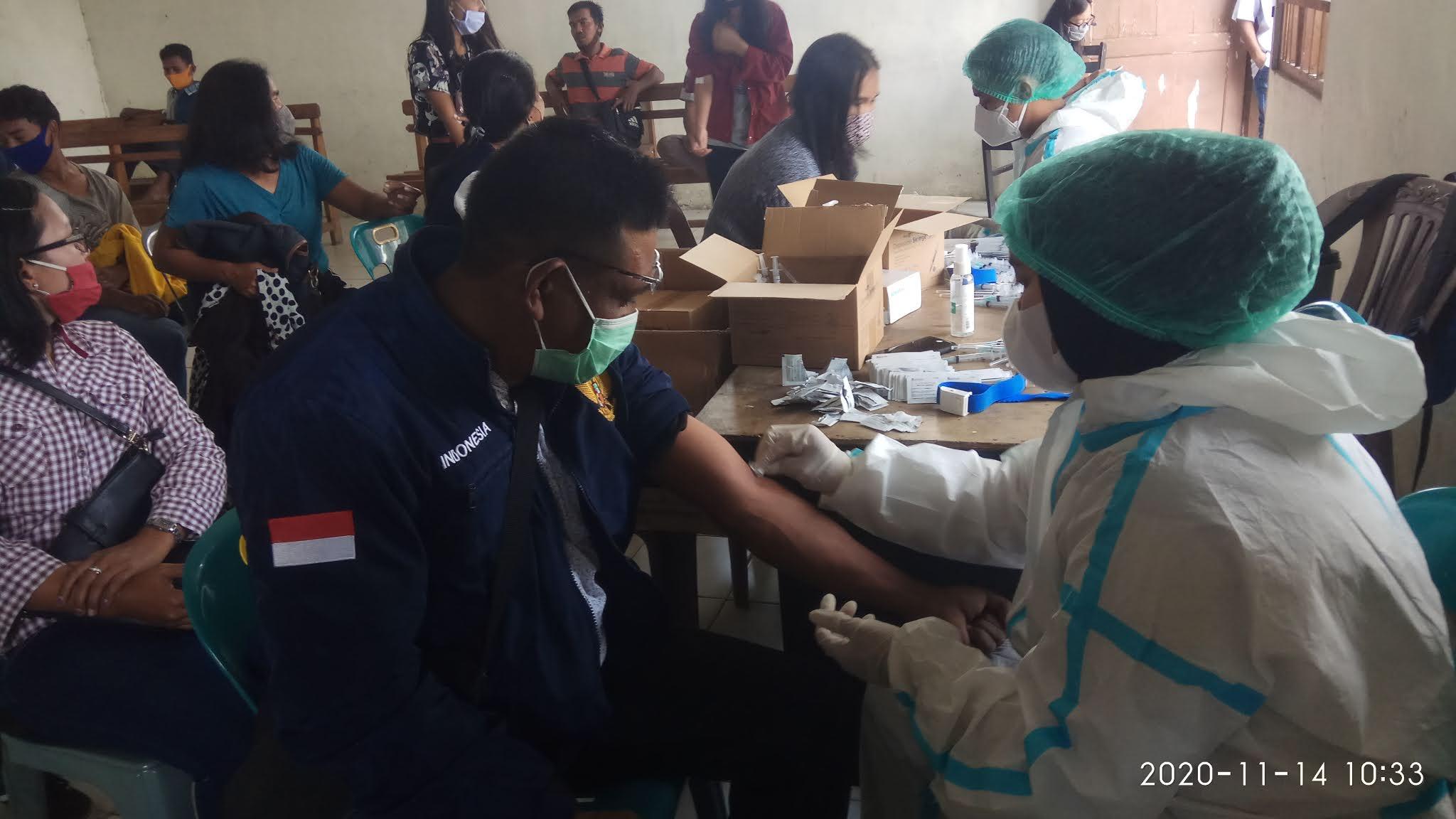 Pengambilan sampel darah utuk Rapid Test