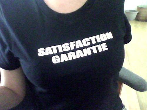 """Le tee shirt """"Satisfaction Garantie"""" pour demoiselles libertines seulement."""