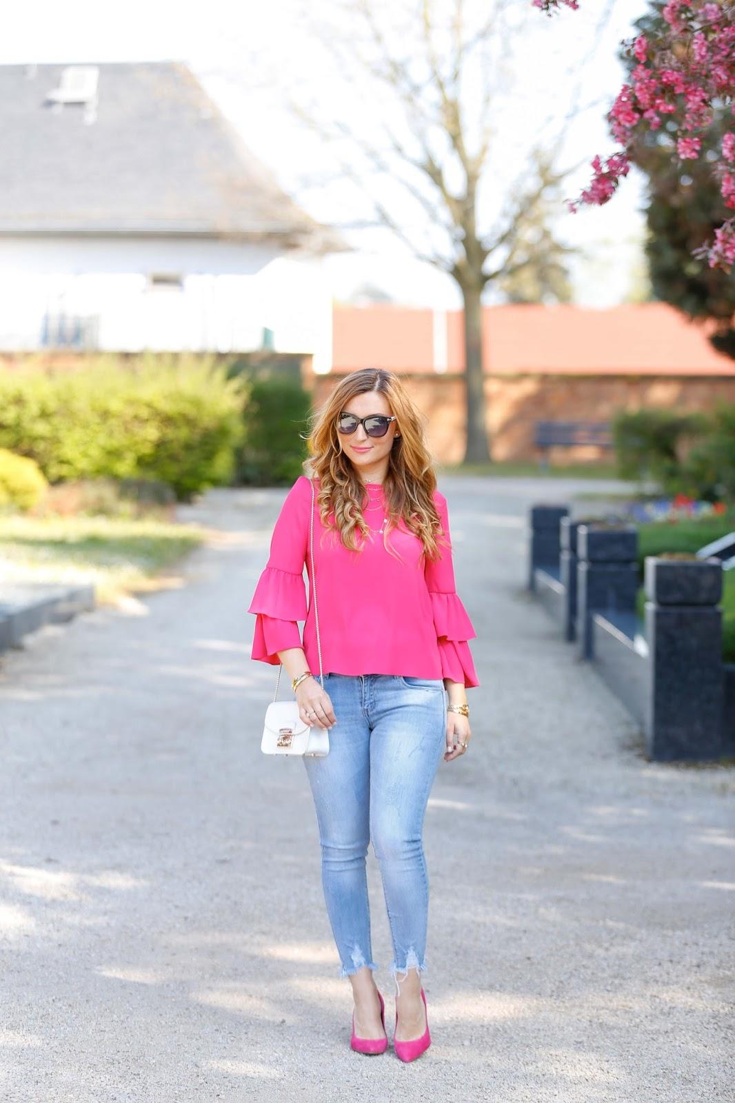 Pinke-bluse-verwaschene-Jeans-pinke-high-heels
