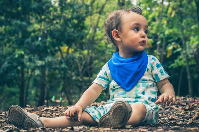 Bebê feliz sentado na natureza