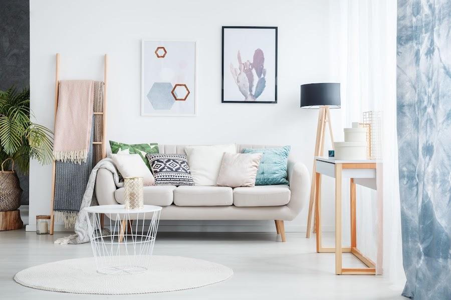 Sofá de inspiración escandinaba con mesa cilíndrica de metal