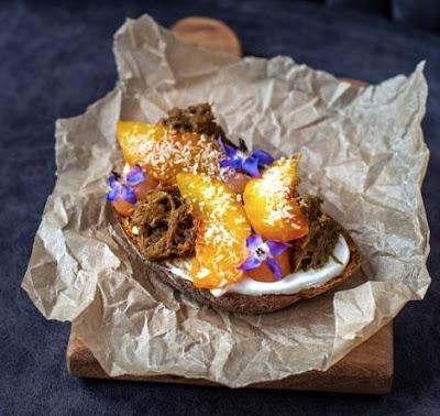 Брускетта с уткой и маринованным персиком картинка-рецепт