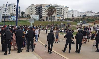 عاجل في هذه الاثناء القوات العمومية المغربية تقوم باجلاء المهاجرين بالمعبر الحدودي لسبتة