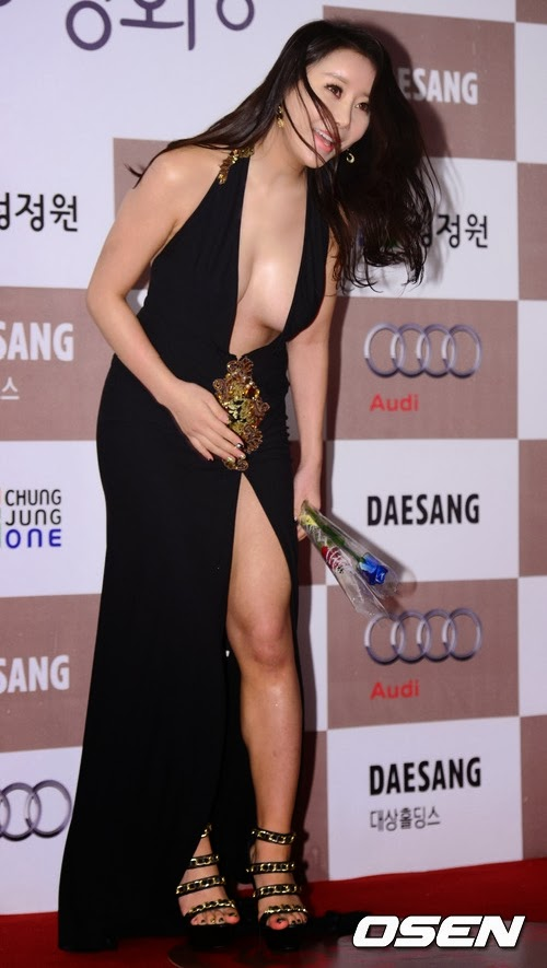 Ha Na Kyung recovering after falling from tripping on her dress