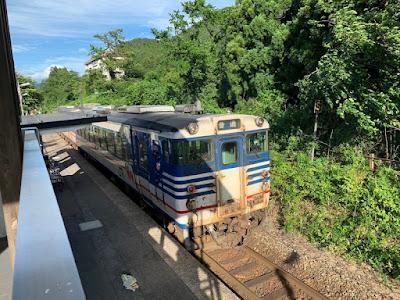咲花駅を出発する磐越西線の列車