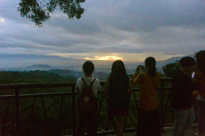Wisatawan yang menunggu sunrise di Punthuk Setumbu, Magelang