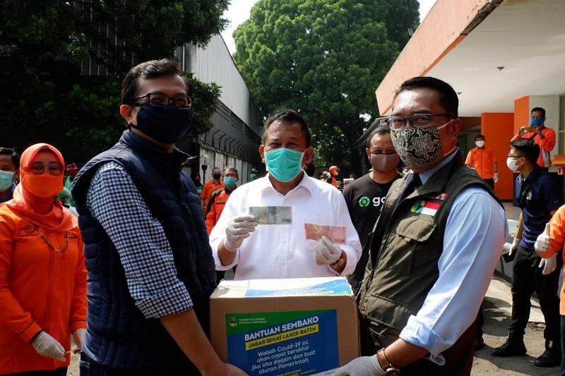 Ketua DPRD Jabar Bersama Gubernur  Tinjau Bulog dan PT Pos