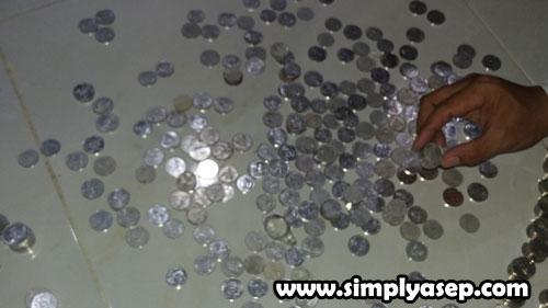 RECEHAN : Proses penghitungan harus cermat Termasuk dalam pecahan logam seperti ini tadi malam (8/9).  Foto Asep Haryono