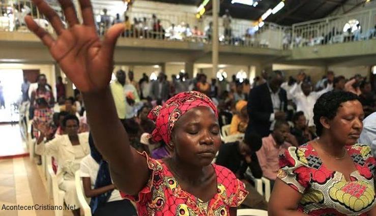 Mujeres cristianas de Uganda adorando en iglesia