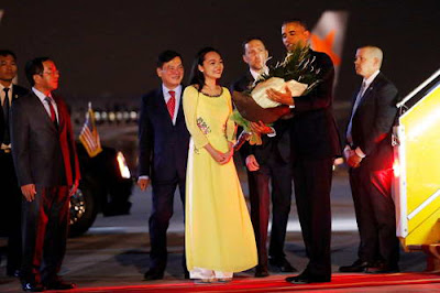 The beautiful Vietnamese girl presented flowers to Barack obama