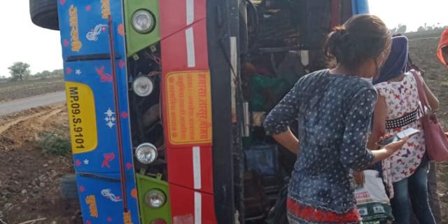 यात्रियों से भरी बस ने पलटी, महिला यात्री की मौत, 12 से ज्यादा घायल | SARWANIA MAHARAJ NEWS
