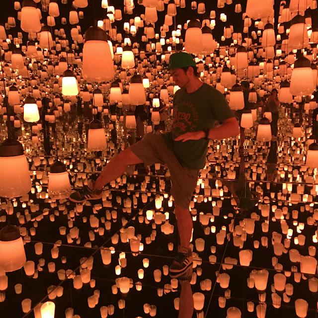 デジタルアートミュージアム内のランプの森で遊んでいる様子です。