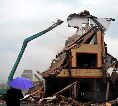 Fim da encenação: demolida após pago de indenização