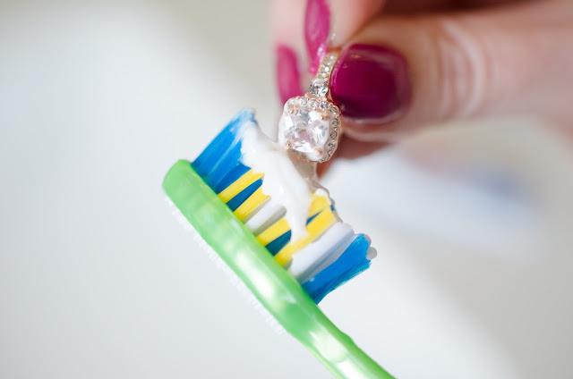 Dùng kem đánh răng vệ sinh trang sức bạc