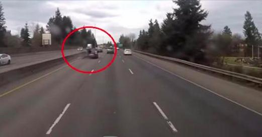 Sa dashcam filme un accident entre une voiture et une moto arrivant à vive allure: ce qui suit est totalement surréaliste (Vidéo)
