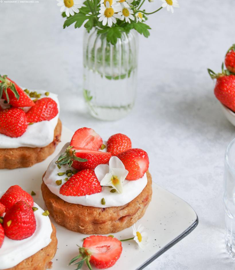 veganes Mandel-Küchlein mit Erdbeeren