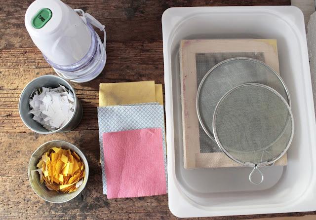 come-fare-fogli-carta-riciclata-occorrente