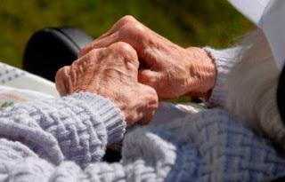 Anciana de 98 años pasó cinco días junto a su hijo de 70 que falleció por causas naturales