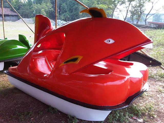 pengrajin sepeda air ikan paus fibre glass