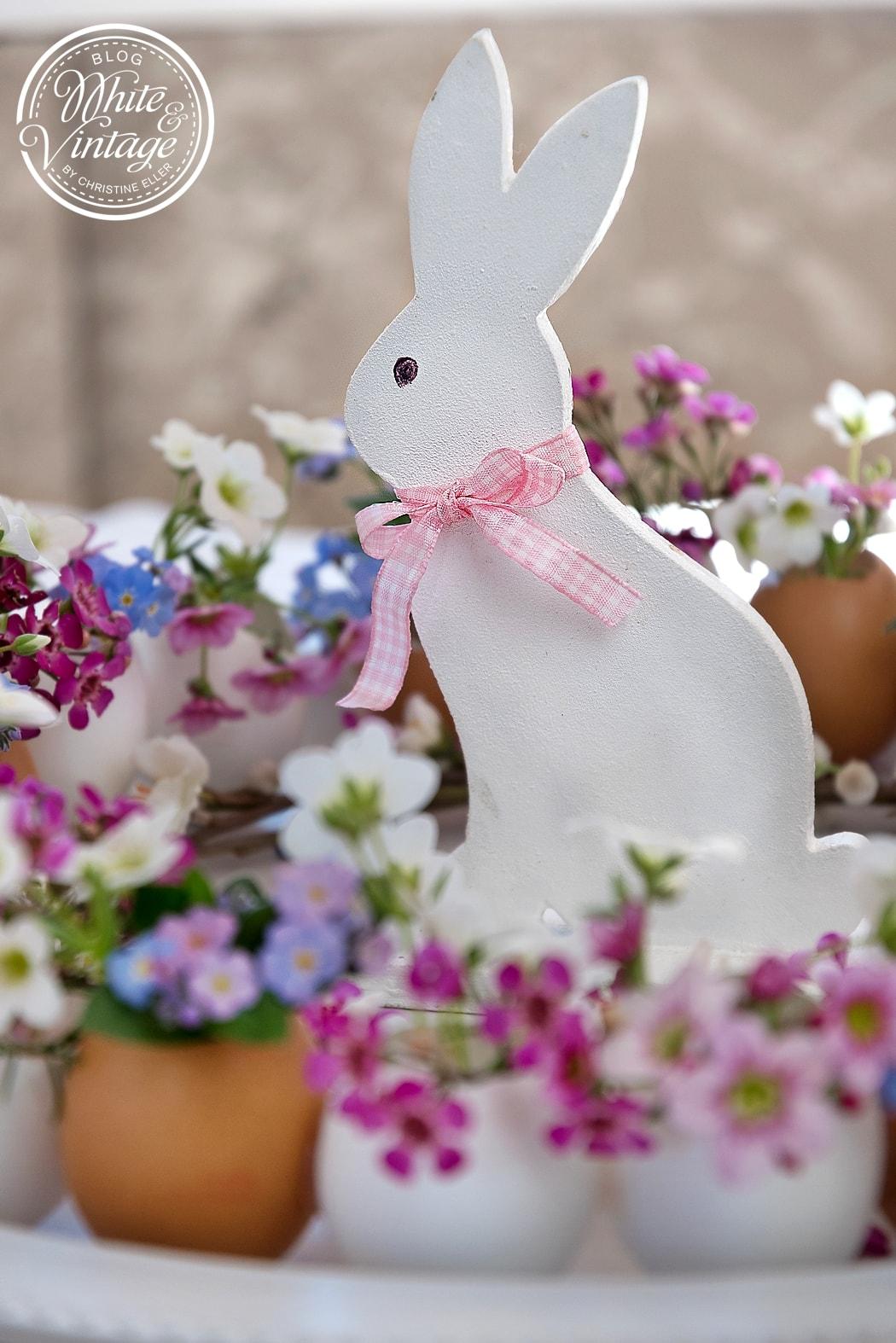 Osterdeko: Eierkranz  basteln und mit Blumen bestücken.