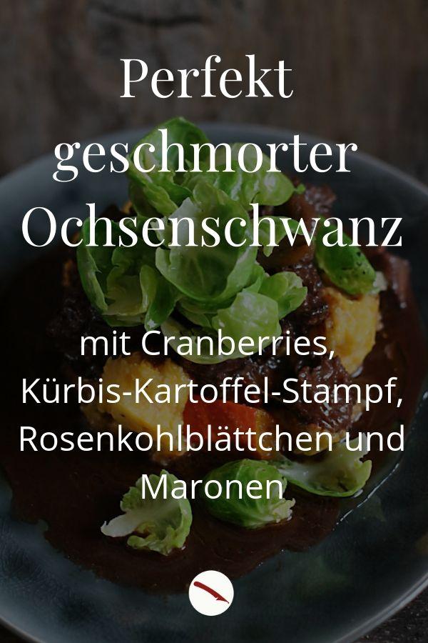 Perfekt und zart geschmorter Ochsenschwanz mit Cranberries, Kürbis-Kartoffelstampf, zarten Rosenkohlblättchen und Maronen. Super vorzubereiten und ein tolles Essen, wenn Ihr Gäste erwartet, wie zu Weihnachten, Ostern, Geburtstagen oder Familienfeiern. Ein besonderes Rezept mit WOW-Effekt von Arthurs Tochter kocht, dem Foodblog aus Rheinhessen #schmoren #ochsenschwanz #herbst #sommer #rosenkohl #zart #einfach #backofen #cranberries #rezept #foodblog #kürbis #kartoffelstampf #maronen #kastanien