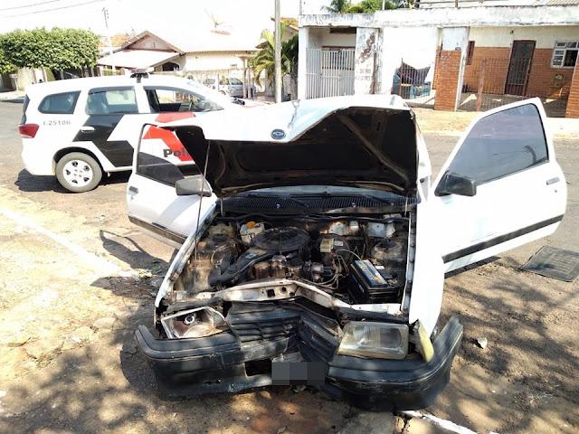 Em fuga de abordagem policial, carro derruba muro e portão de residência em Junqueirópolis