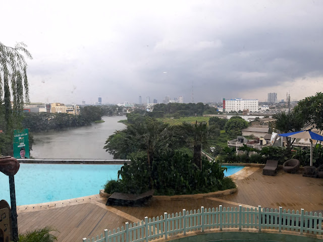 view kamar hotel kolam renang