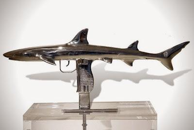 Escultura contemporanea Arma en forma de tiburón