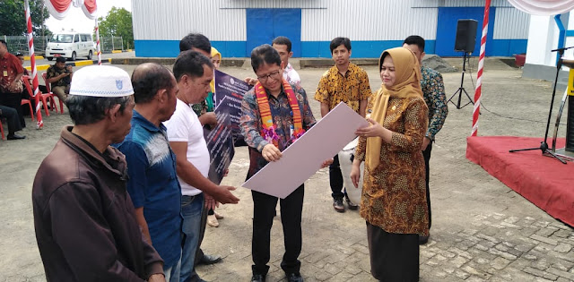 Wabup Sinjai Dampingi Kepala Kantor Bank BI Serahkan Bantuan PSBI ke Kelompok Nelayan