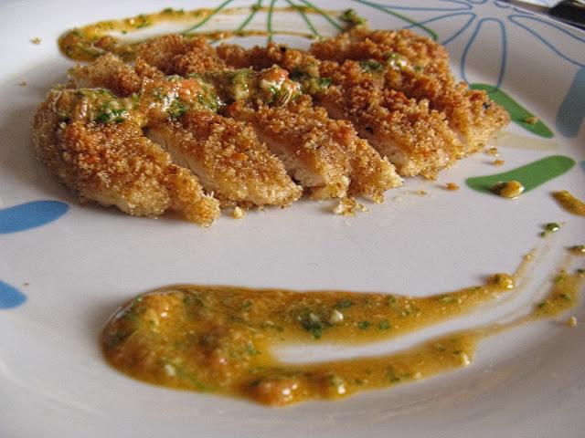 petto di pollo impanato con salsa di rucola selvatica pomodoro anacardi coriandolo finocchietto