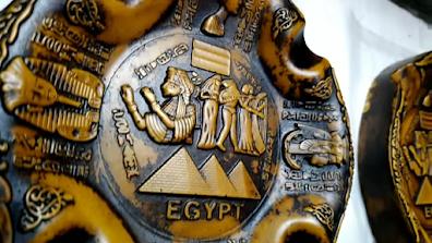 قطعة فنية لامعة من البوليستر عليها نقوش ورسوم فرعونية مصرية قديمة