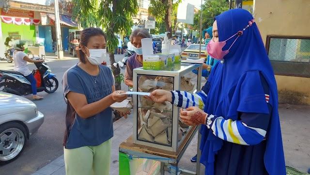 PPKM Darurat PAC Muslimat NU Singaraja & Team Relawan Jumat, Bagi Nasi Bungkus Dan Masker