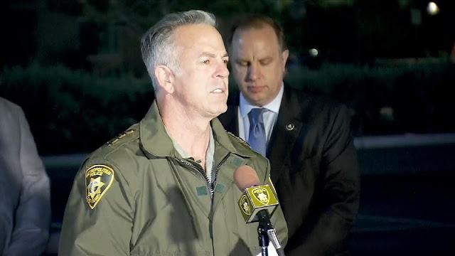 O xerife do departamento de polícia metropolitana de Las Vegas diz que mais de 50 pessoas foram mortas e mais de 200 pessoas foram feridas.