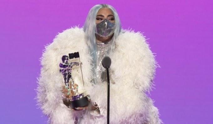 Lady Gaga triunfa con sus estilismos diseñados para mantener la distancia social