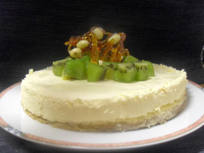 Receta de tarta cremosa de chocolate blanco y kiwi.