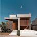 Fachada de casa contemporânea com cores sóbrias + porta e painel de madeira ripada!