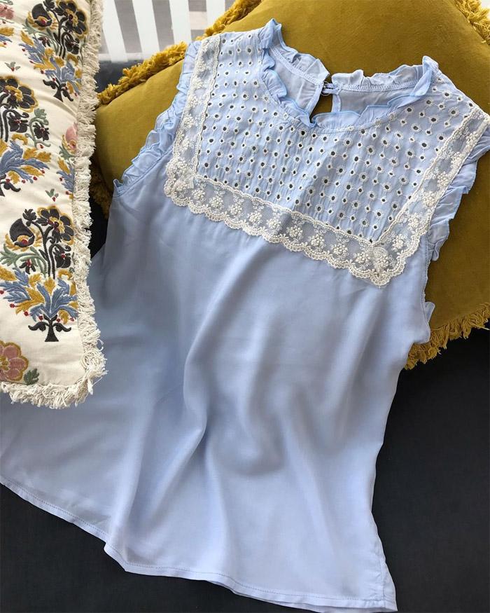 Blusas primavera verano 2020. Blusa con broderie, puntilla y pequeños volados celeste moda verano 2020.