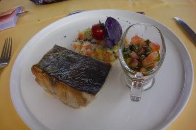 Retour de pêche à la plancha, brunoise de légumes du moment au basilic sauce vierge.